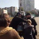 Біля скандальної АЗС на Ревуцького поліція застосувала силу до жінок.