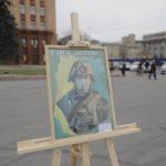 В Днепре ко Дню защитника Украины раздавали бумажные самолетики