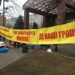 Один день на митинге работников Никопольского завода у ПриватБанка, который продолжается уже третий месяц, — ВИДЕО