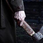 Бил топором по голове и рукам: в Каменском мужчина напал на сожительницу