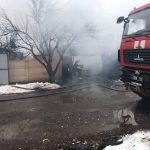В Днепре горел гараж с автомобилем: есть пострадавший, — ФОТО