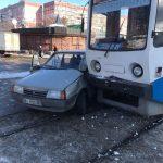 В Днепре трамвай протаранил ВАЗ, — ФОТО