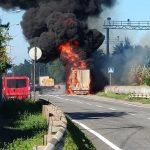Дым столбом: в Днепре на Гаванской горит фура, — ФОТО