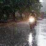 Синоптики попередили про сильні зливи на сході та півдні України