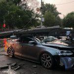 В Кривом Роге водитель Volkswagen снес столб и остался жив