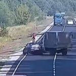 Опубликовано видео момента аварии: под Каменским грузовая ГАЗель протаранила автомобиль