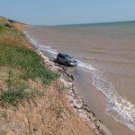 Под Бердянском спасатели вытащили съехавший с обрыва в море автомобиль