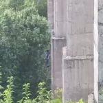 В Кривом Роге на железнодорожном мосту повесился мужчина