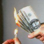 В Днепре женщина жгла деньги в квартире и выбросила из окна 8-го этажа фарфор