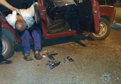 Пьяного днепрянина нашли спящим в чужом разбитом авто