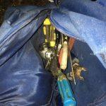 Снимали колеса с машин и сливали бензин: в Днепре поймали двух мужчин, — ФОТО